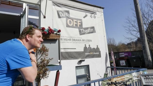 Blick in eine ungewisse Zukunft: Leiter Alex Linse vor dem OFF Theater in der Salzburger Eichstraße (Bild: Tschepp Markus)