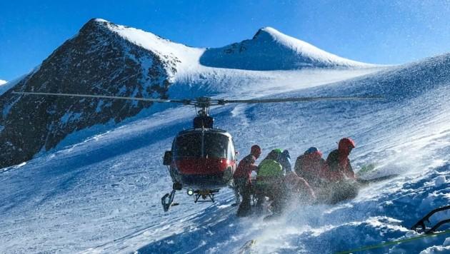 Der Hubschrauber flog die Rettungskräfte auf den Gletscher. (Bild: zeitungsfoto.at/Liebl Daniel)