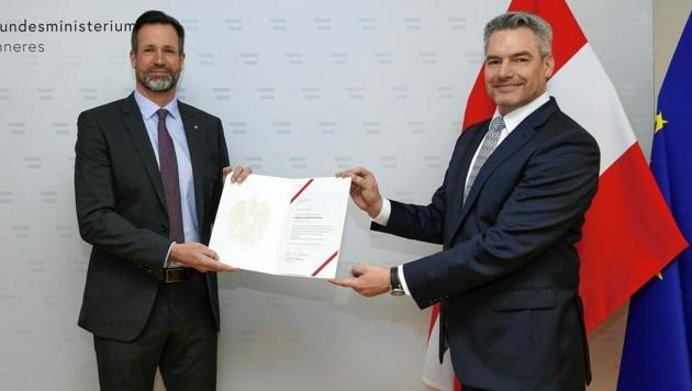 Der neue Bundeskriminalamts-Direktor mit dem Ernennungsdekret von Innenminister Karl Nehammer. (Bild: BMI/Karl Schober)