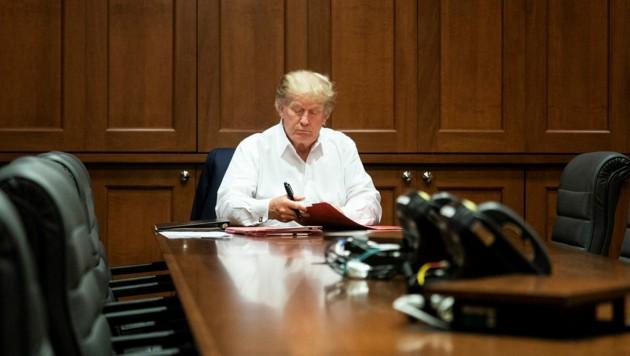 Schon kurz nach der Behandlung mit dem Medikament von Regeneron nahm Donald Trump seine Amtsgeschäfte wieder auf. (Bild: AFP/The White House/Joyce N. BOGHOSIAN)