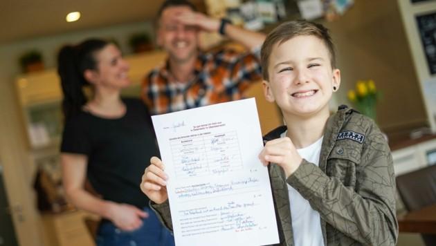 Gabriel Höller mit seinem Sachunterrichtstest - seine Eltern nehmen die Antwort mit Humor. (Bild: Wenzel Markus)