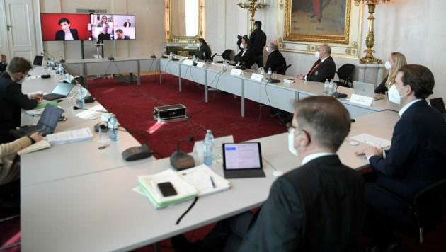 Die Regierung wird am Montag erneut mit Experten, den Parlamentsparteien und den Landeshauptleuten beraten. (Bild: APA/Roland Schlager)