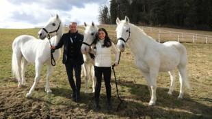 Die Geschäftsführerin der Spanischen Hofreitschule Sonja Klima und Gut Aiderbichl-Geschäftsführer Dieter Ehrengruber waren bei der Verlegung der drei Seniorenpferde dabei. (Bild: APA/GUT AIDERBICHL)