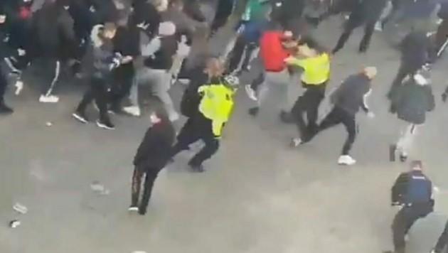 Feuerwerkskörper flogen auf Polizisten, die daraufhin Schlagstöcke einsetzten. (Bild: Twitter.com/RedPilledPoland)