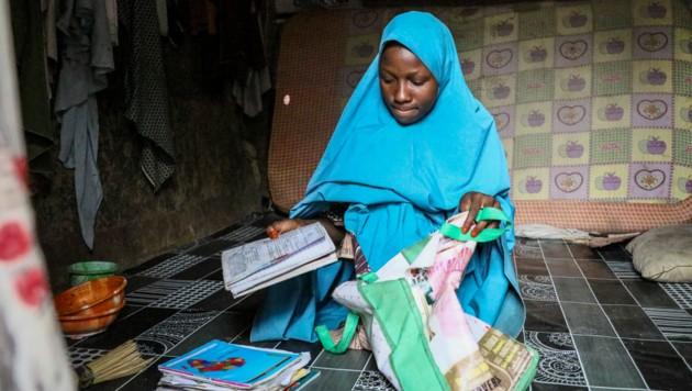 Masauda Umar (20) konnte sich unter einem Bett verstecken, als die Angreifer die Schlafsäle stürmten. (Bild: AP Photo/Ibrahim Mansur)