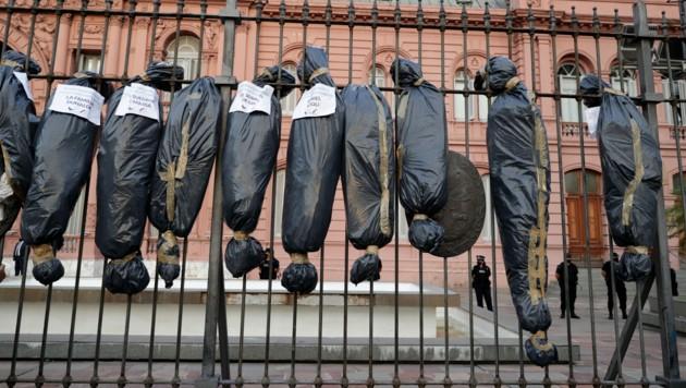 Attrappen von Leichensäcken boten ein schauriges Bild. (Bild: ALEJANDRO PAGNI / AFP)
