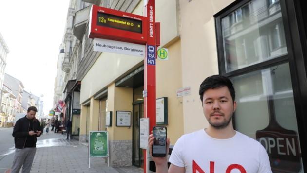 Archiekt Christian Schwarzwimmer kämpft mit einer Petition gegen die neuen Öffi-Säulen (Bild: Martin Jöchl)