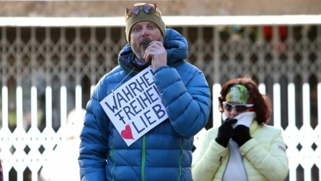 """""""Für Wahrheit, Freiheit und Liebe"""" gingen rund 150 Personen in Zell auf die Straße. Einer der Teilnehmer. (Bild: Roland Hölzl)"""