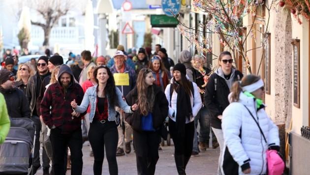 Zwei Stunden dauerte der Marsch durch die Zeller Innenstadt. In einer Chatgruppe wurde zuvor Werbung für die Demo gemacht. (Bild: Roland Hölzl)