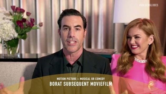 """Sacha Baron Cohen freut sich in einer Videoschaltung über die Golden Globes für seinen Film """"Borat Subsequent Moviefilm"""". Seine Frau Isla Fisher strahlt ihn dabei an. (Bild: APA/AP/2021 NBCUniversal Media, LLC)"""