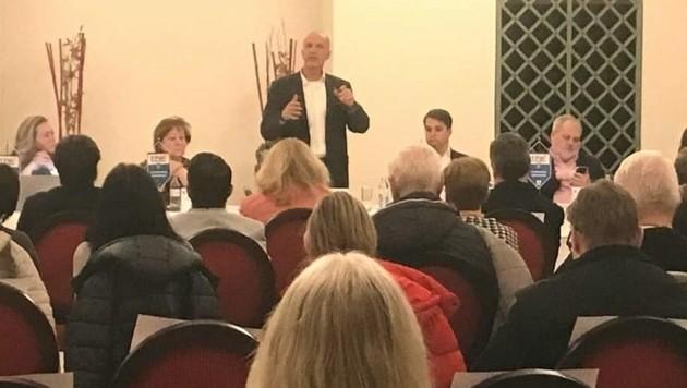 Bezirksparteitag im Rathauskeller: Gemeinderat Wolfgang Irschik (stehend) spricht. FPÖ-Chef Dominik Nepp sitzt daneben. (Bild: FPÖ 21)