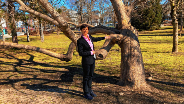 Vizerektorin Doris Hattenberger vor dem Uni-Areal, wo bald ein Outdoor-Hörsaal installiert werden könnte. (Bild: Tragner Christian)