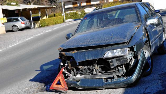 Seit dem Unfall im Dezember des Vorjahres steht das Autowrack mit spanischem Kennzeichen auf einem Grund in der Gemeinde Schiefling am Wörthersee. Anrainer fordern, dass der Schandfleck endlich entfernt wird. (Bild: Sobe Hermann)