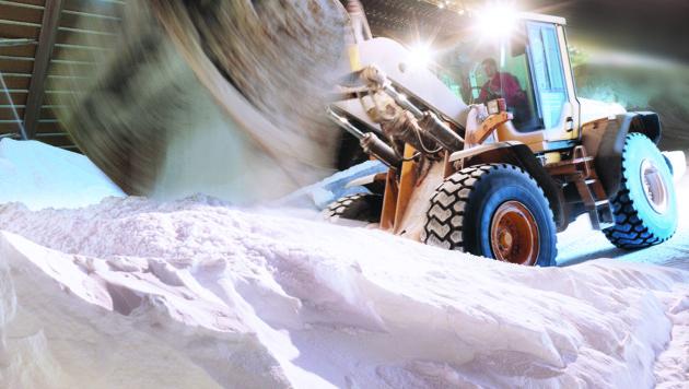 Mit schwerem Gerät bei der Salzproduktion (Bild: www.satori.at, Saline Austria)