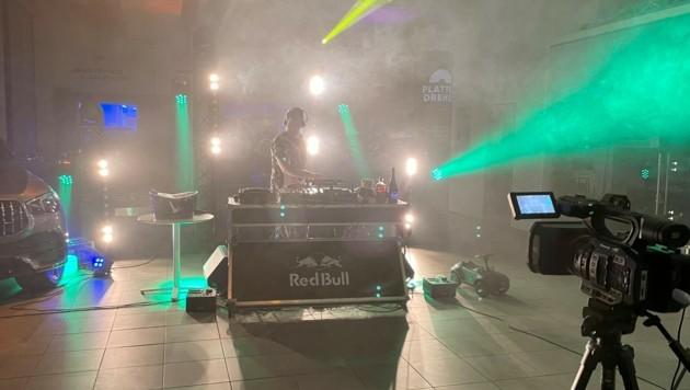 DJ-Musik aus dem Autohaus. 24 Stunden wurde aufgelegt. (Bild: Christoph Philipp)