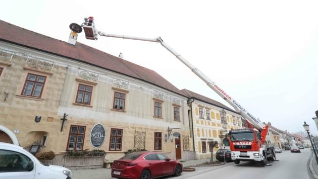 Die Feuerwehr hob das Nest aufs Dach (Bild: Judt Reinhard)