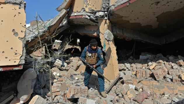 Zerstörtes Haus in Jalalabad (Bild: APA/AFP/NOORULLAH SHIRZADA)