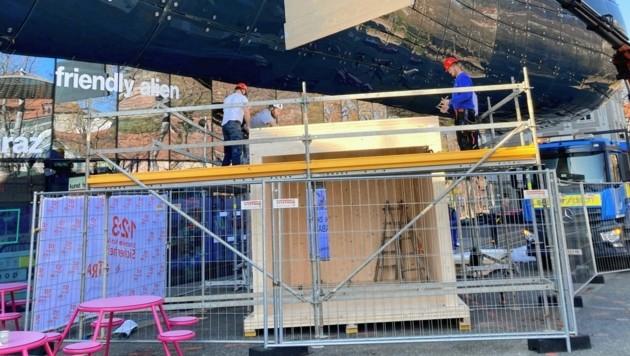 """Alfredo Barsuglias """"Suahtsnuk"""" wird vor dem Kunsthaus aufgebaut (Bild: Kunsthaus Graz/A. Trost)"""