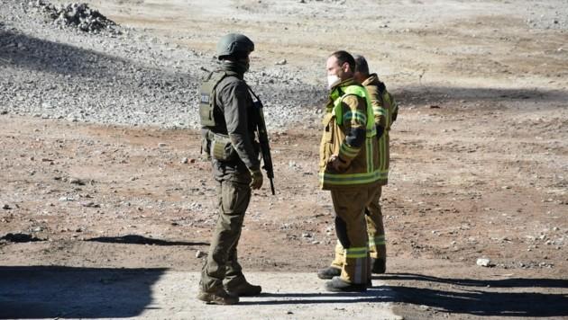 Cobra und Feuerwehrmänner im Einsatz (Bild: zoom.tirol)