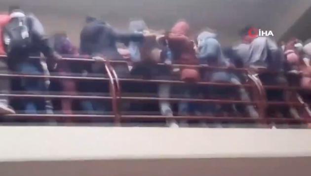 Dieser Ausschnitt aus einem Video zeigt den Moment kurz bevor das Geländer nachgibt und mindestens sieben bolivianische Studenten in den Tod stürzen. (Bild: Screenshot QIHA)