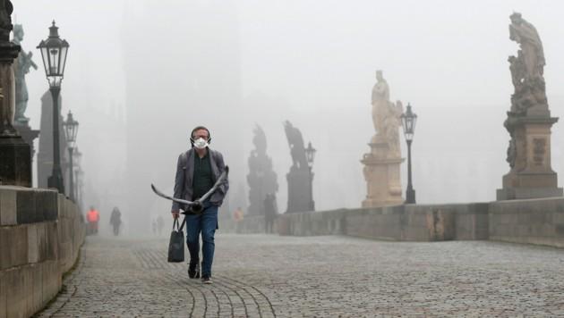Die Pandemie-Aussichten in Tschechien sind weiterhin düster. Die Regierung hat nun den Lockdown weiter verschärft, um die Infektionszahlen in den Griff zu bekommen. (Bild: AP/Petr David Josek)