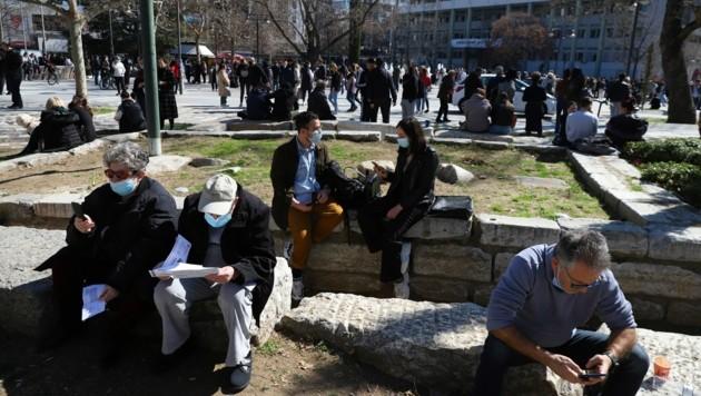 Während des Erdbebens im Norden Griechenlands rannten die Menschen ins Freie, um Schutz zu suchen. (Bild: AP)