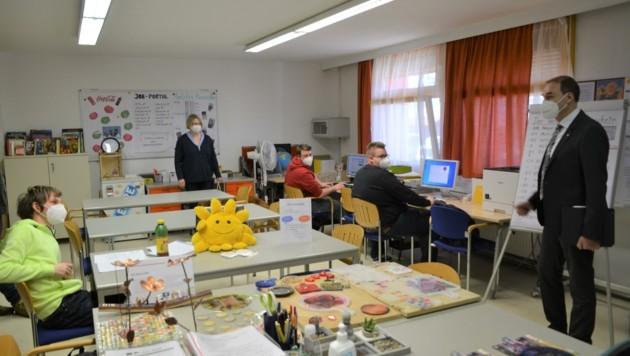 """Landesrat Leonhard Schneemann bei den Teilnehmern der """"Anlehre"""" im BUZ Neutal (Bild: Charlotte Titz)"""