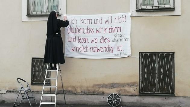 Mit dem Aufhängen des Plakats Ende Jänner fing alles an (Bild: Tertiarschwestern)