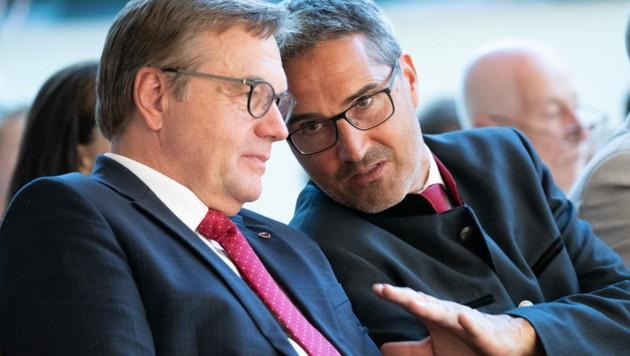 Südtirols Landeshauptmann Arno Kompatscher (rechts) im Gespräch mit Tirols Landeshauptmann Günther Platter (Bild: APA/EXPA/JOHANN GRODER)