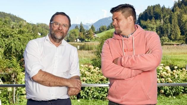 """""""Kitchen Impossible"""" in Goldegg im Salzburger Pongau: Tim Mälzer (r.) und Sepp Schellhorn. (Bild: TVNOW/picture alliance/Simon Hausberger)"""
