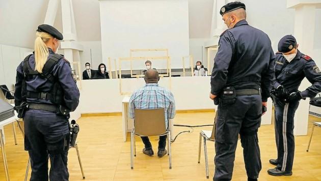 Der mehrfach vorbestrafte und in Strafhaft sitzende Angeklagte im Landesgericht Salzburg (Bild: Markus Tschepp)