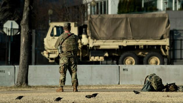 Ein Nationalgardist in der Sicherheitszone rund um das Kapitol (Bild: APA/AFP/Brendan Smialowski)