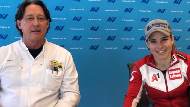 Nicole Schmidhofer beim Pressegespräch am 5. März 2021 mit ihrem Arzt Jürgen Mandl. (Bild: APA/AUVA/LUKI)