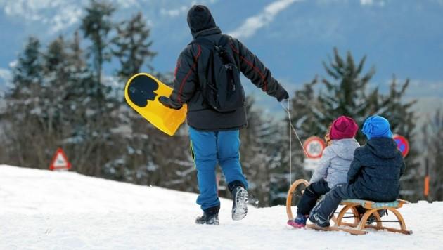 Kleine und unerfahrene Kinder sollten nicht alleine mit dem Schlitten unterwegs sein. Das Tragen eines Helms ist Pflicht! (Bild: Markus Tschepp)