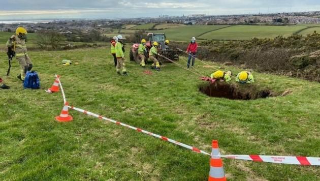 Die Retter seilten sich zu dem verunglückten Landwirt ab. (Bild: Cumbria Fire & Rescue Service)