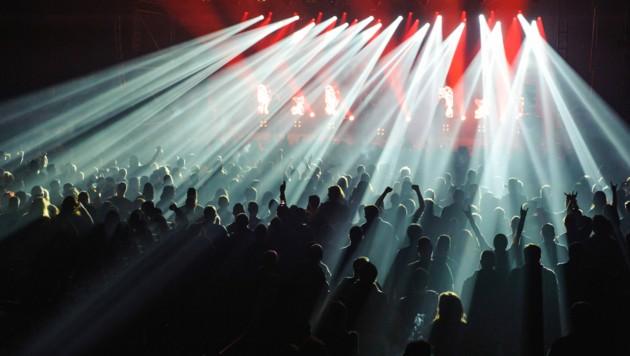 Ein Bild wie aus längst vergangenen Zeiten, und doch könnte es in Barcelona schon im März wieder genau so aussehen wie beim Konzert von Love of Lesbian. (Bild: stock.adobe.com)