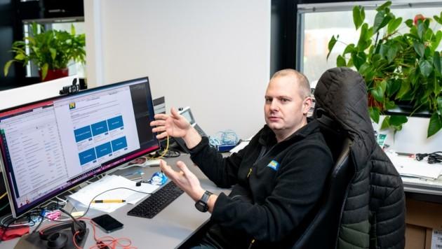 """""""Der Herr der Schirme"""": Alexander Hopfgartner und sein Team kümmern sich um das Online-Buchungssystem. (Bild: Imre Antal)"""