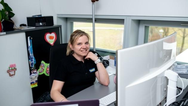 Sowohl im Pflegeheim als auch im Headquarter vor dem Schirm ist Helferin Anita Zinner im Einsatz. (Bild: Imre Antal)