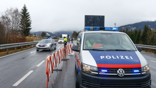 Am Kontrollpunkt Altenmarkt-Ost kam es am Freitag zu Staus für Autofahrer und Schulbusse. Die Logistik an den Checkpoints war noch im Aufbau. (Bild: Gerhard Schiel)