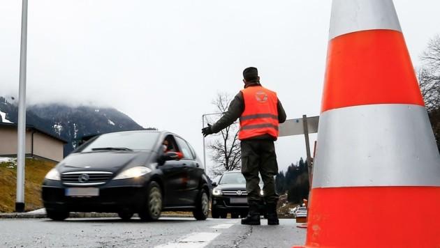 In Bad Hofgastein kontrollieren Polizisten aus dem Pongau mit Soldaten aus der Saalfeldener Wallnerkaserne. (Bild: Gerhard Schiel)