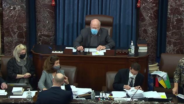 US-Senator Patrick Leahy verkündet das Ergebnis der Abstimmung. (Bild: APA/Senate Television via AP)