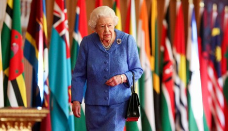 Queen Elizabeth II. geht in der St. George's Hall in Windsor Castle an den Fahnen des Commonwealth entlang. (Bild: APA/Steve Parsons/Pool via AP)