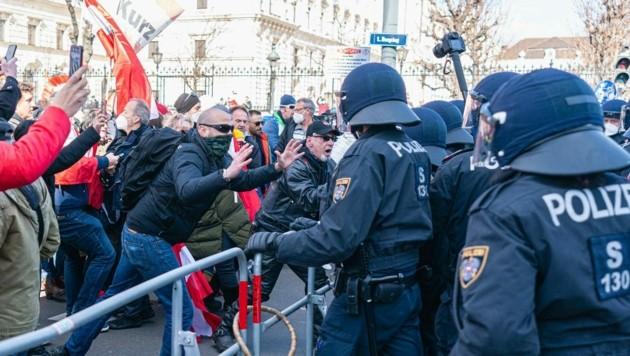 Auch bei den Corona-Demos am vergangenen Wochenende in Wien waren einige Anhänger von Verschwörungstheorien mit von der Partie. (Bild: EXPA/Florian Schroetter)
