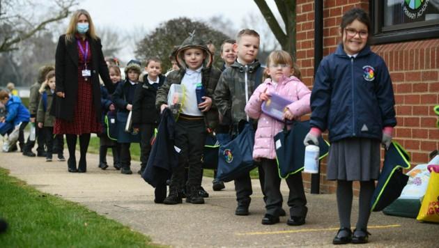 Nach zwei Monaten des Distance Learnings sind die Schulkinder in England am Montag wieder in die Klassen zurückgekehrt. (Bild: AP)
