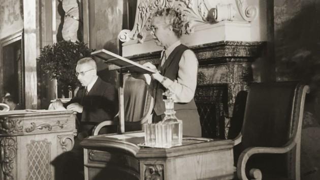 Die Abgeordnete Adele Obermayr bei einer Rede im Jahr 1949 im Tiroler Landtag. (Bild: Landtagsdirektion Tirol)