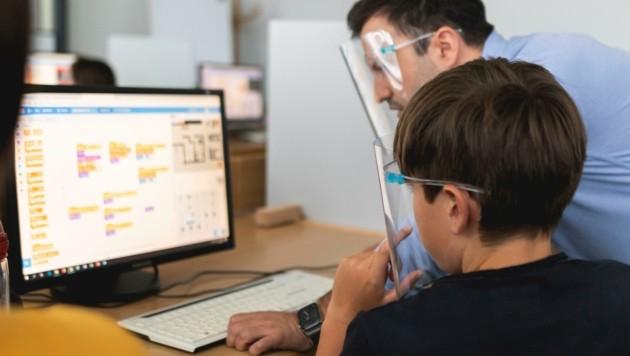 """Die ehrenamtlichen Trainer bei """"Coding4Kids"""" sind als Lehrer, Unternehmer oder Programmierer tätig. (Bild: Coding4Kids – Natasza Lichocka)"""