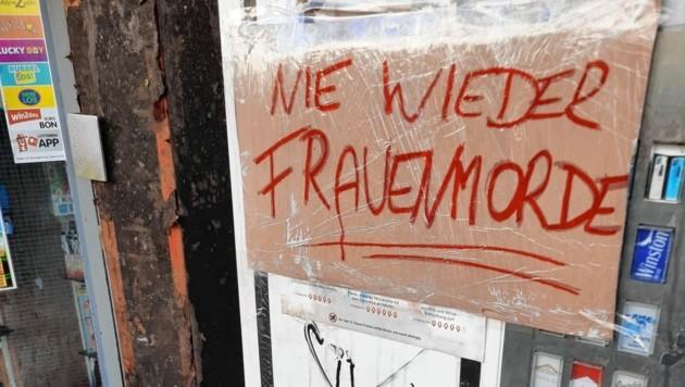 Schilder an der Brandruine erinnern an das Trafik-Attentat. (Bild: Stefan Steinkogler)