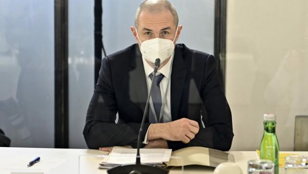Die Auskunftsperson Roland Koch (ehemaliger Kabinettsmitarbeiter im Justizministerium) im Ibiza-U-Ausschuss. (Bild: APA/Herbert Neubauer)