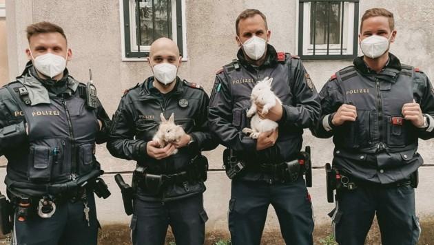 """Die Polizisten mit ihrem """"tierischen Fang"""" (Bild: LPD Wien)"""