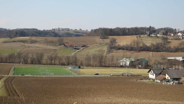 Rechts neben dem Kunstrasenplatz soll das neue Stadion entstehen. (Bild: Alois Niederl)